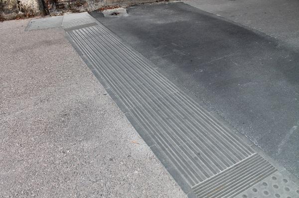 Pavimento tattile in gres porcellanato per interni ed esterni