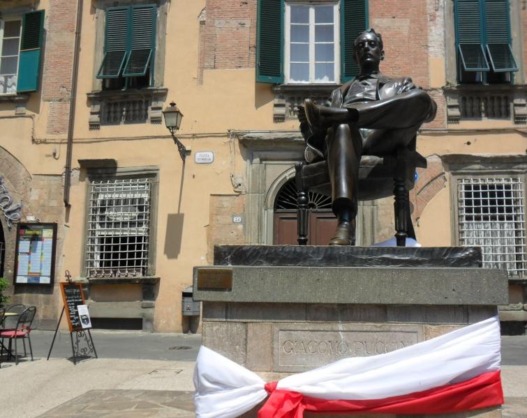 Statua di Giacomo Puccini. Piazza della Cittadella.
