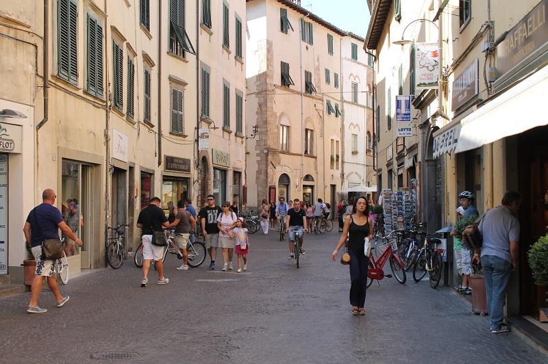 Una tranquilla mattina in Centro. Via Fillungo - www.luccacitta.net